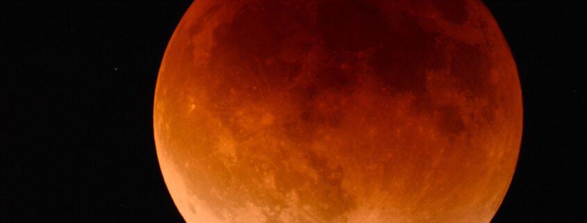 foto de lua em eclipse